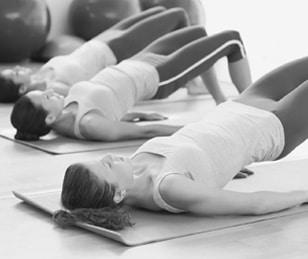 Frauen beim Pilates
